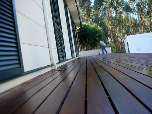 Tratamento manutencao deck pavimentos madeira exterior - Pavimentos para exterior ...